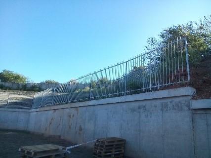 монтаж секционного ограждения на подпорную стену