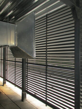 Вид на смонтированное ограждение изнутри со стороны вентиляционного оборудования